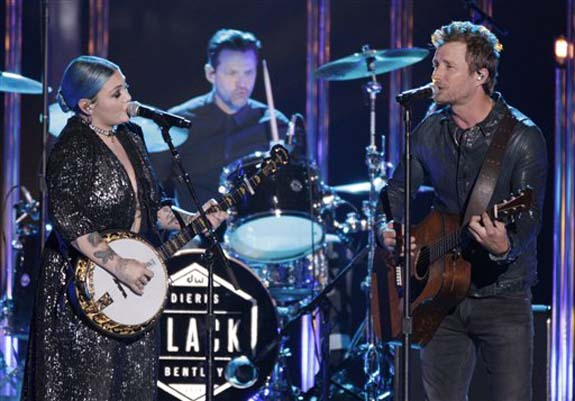 """<div class=""""meta image-caption""""><div class=""""origin-logo origin-image none""""><span>none</span></div><span class=""""caption-text"""">Elle King, left, and Dierks Bentley perform """"Different for Girls"""" at the CMT Music Awards at the Bridgestone Arena on Wednesday, June 8, 2016, in Nashville, Tenn. (Wade Payne/Invision/AP)</span></div>"""