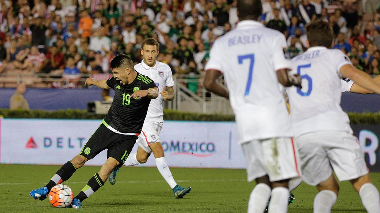 Mexicos Oribe Peralta (19) kicks to score his sides second goal against United States during the CONCACAF Cup soccer match at the Rose Bowl Stadium, in Pasadena , Calif. Saturday