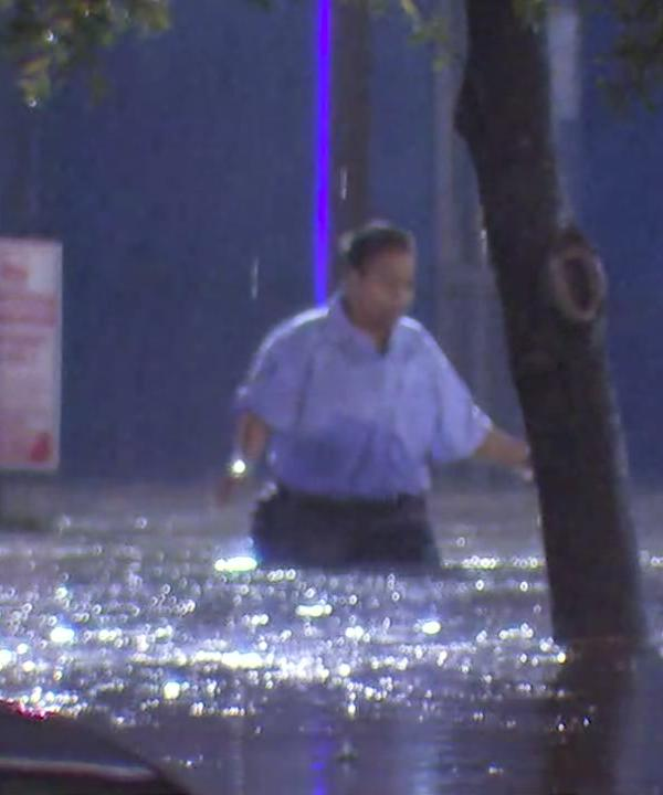 <div class='meta'><div class='origin-logo' data-origin='KTRK'></div><span class='caption-text' data-credit=''>Good Samaritan rescues METRO bus driver and passengers from high water in southwest Houston</span></div>