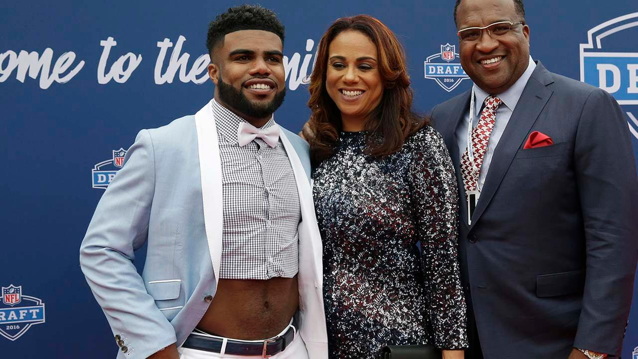 Ezekiel Elliott, left, poses for photos upon arriving for the first round of the 2016 NFL football draft at the Auditorium Theater of Roosevelt University, Thursday, April 28, 2016