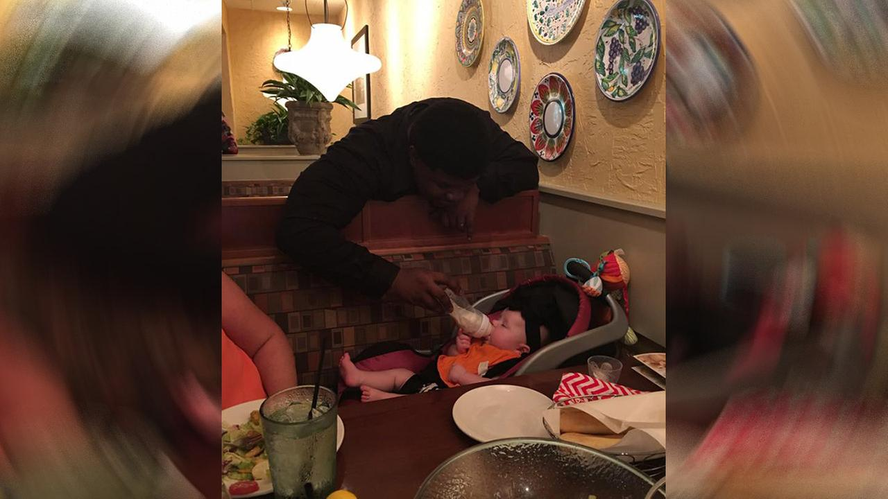 Waiters act of kindness leaves mom speechless inside of an Olive Garden