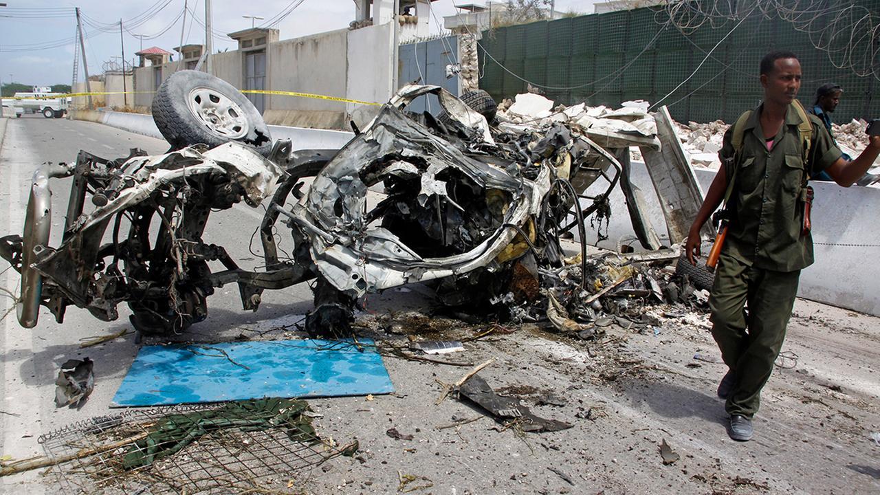 2 suicide car bombs near UN offices kill 13 in Somalia