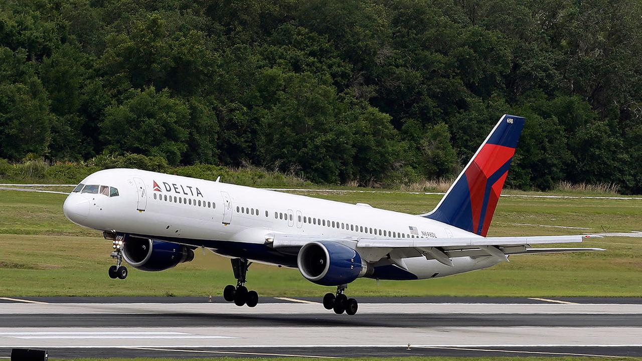 A Delta Air Lines Boeing 757-232 lands at the Tampa International Airport.