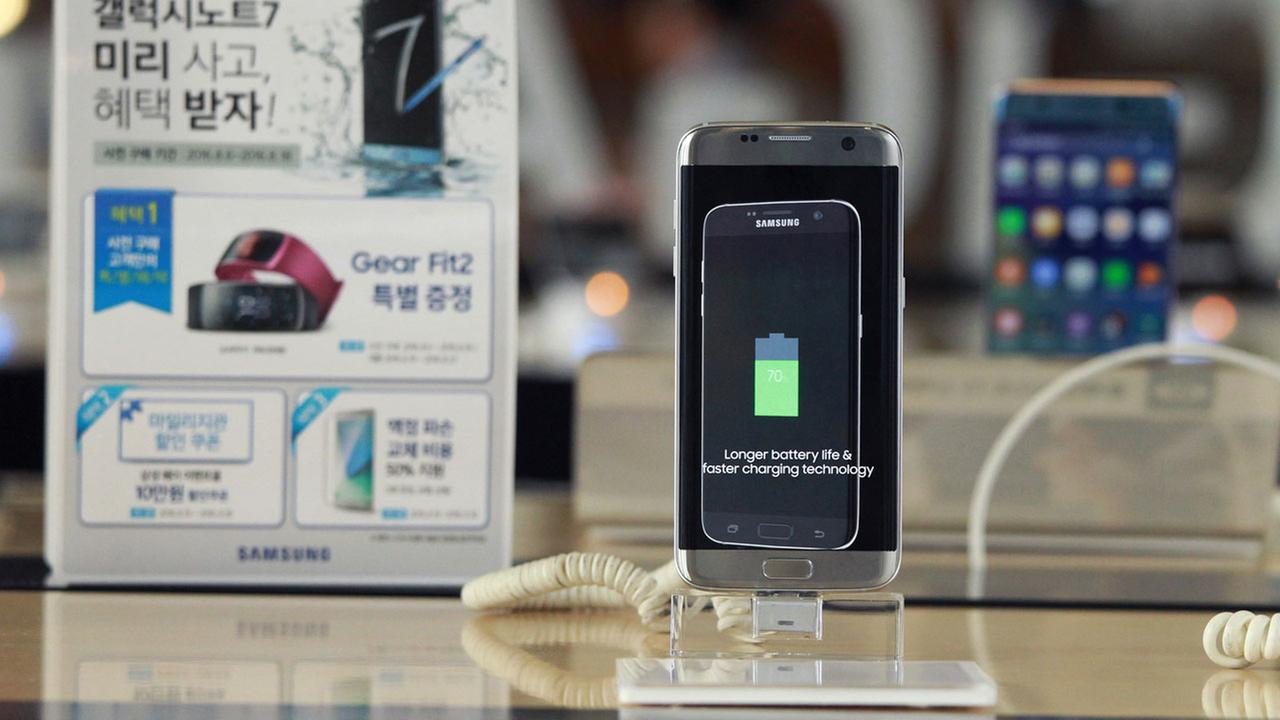 A Samsung Electronics Galaxy Note 7 smartphone is displayed at the headquarters of South Korean mobile carrier KT in Seoul, South Korea.