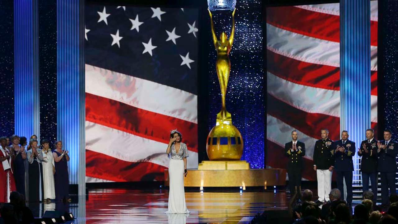 The outgoing Miss America, Betty Cantrell, pauses and wipes a tear as she sings the National Anthem during the Miss America 2017 pageant, Sunday, Sept. 11, 2016.AP