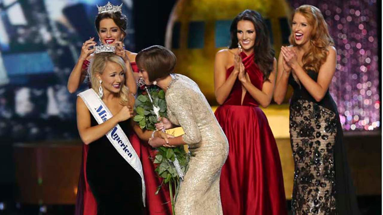 The outgoing Miss America, Betty Cantrell, back left, crowns the Miss America winner Miss Arkansas Savvy Shields.AP