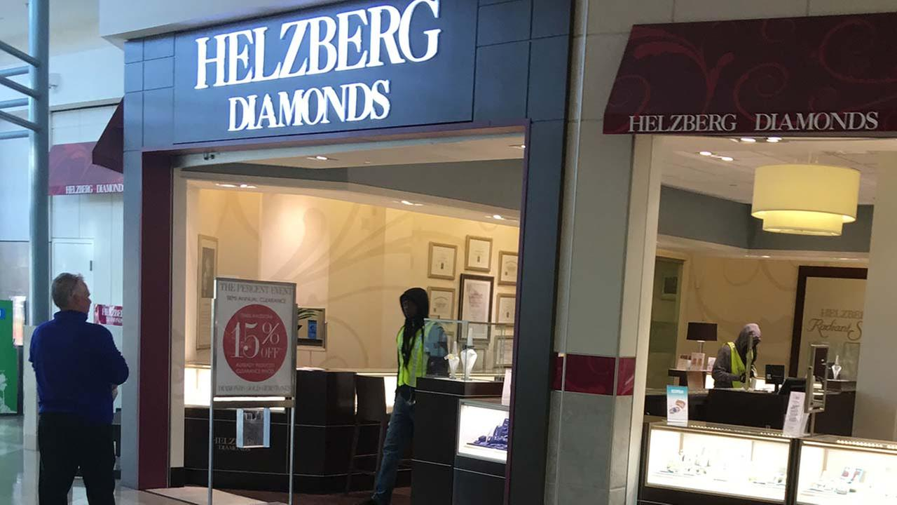 Good samaritan hit with hammer trying to stop jewelry for A good jewelry store