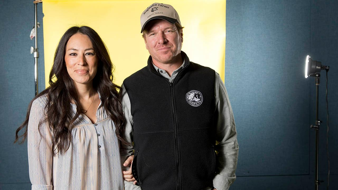 Joanna Gaines, left, and Chip Gaines pose for a portrait in New York to promote their home improvement show, Fixer Upper, on HGTV. (Photo by Brian Ach/Invision/AP)