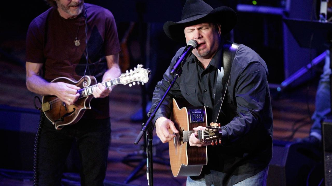 Garth Brooks and Sam Bush perform during the 54th Annual ASCAP Country Music Awards at the Ryman Auditorium on Monday, Oct. 31 2016 in Nashville, Tenn.