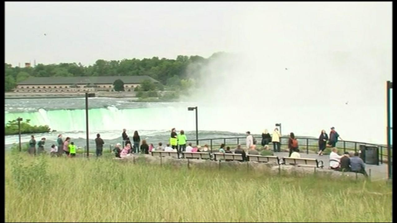 Woman hangs by teeth over Niagara Falls