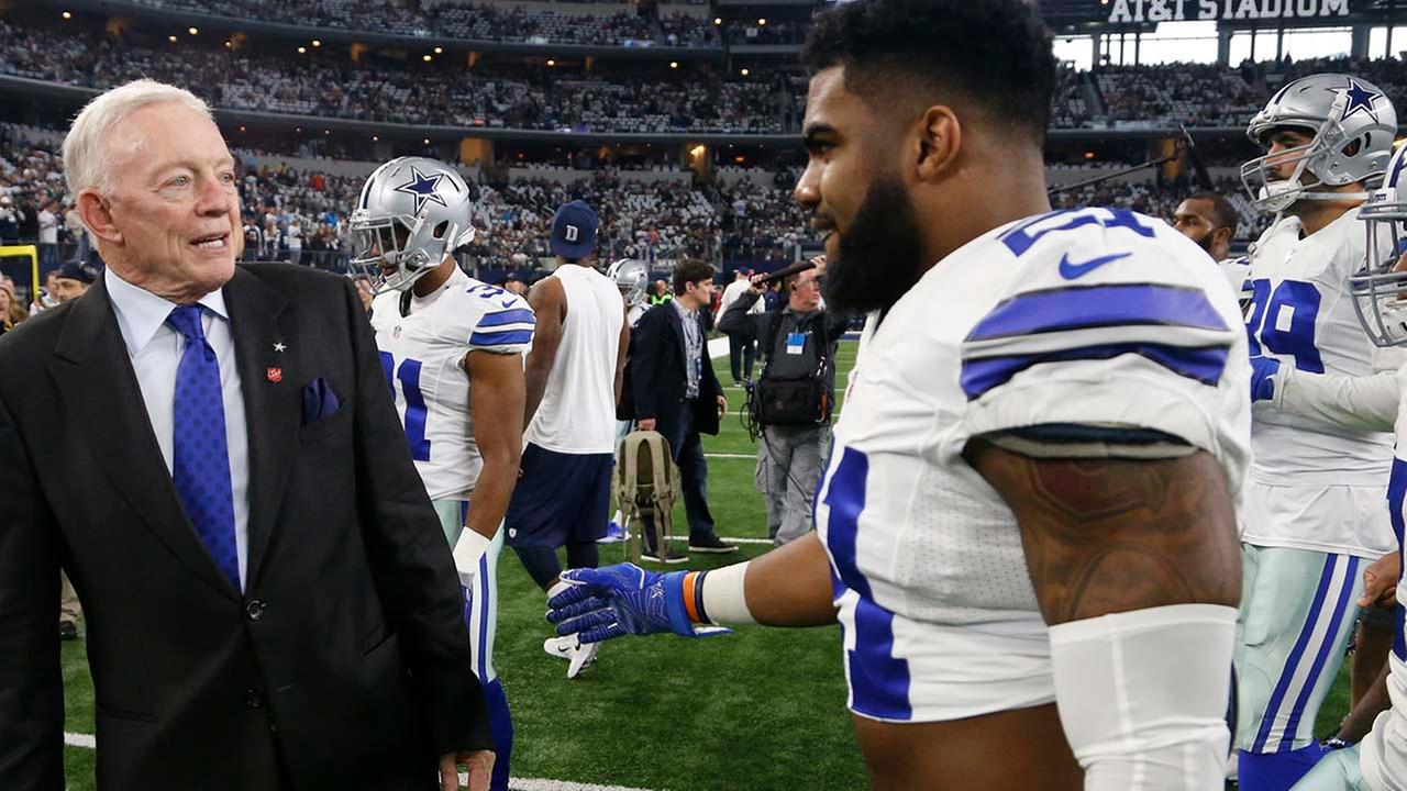Jerry Jones talks to Dallas Cowboys Ezekiel Elliott before an NFL divisional playoff football game against the Green Bay Packers