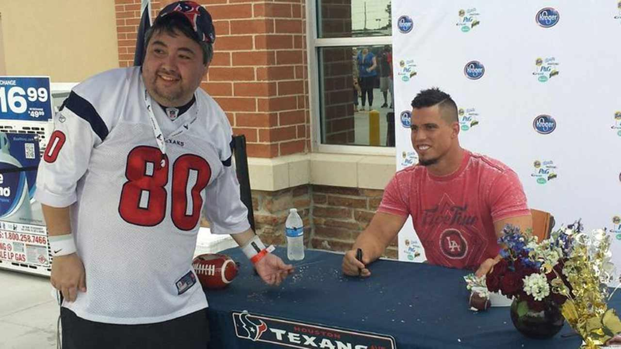 Texans linebacker Brian Cushing greeted fans at the Humble Kroger Signature store on Sept. 30, 2014.