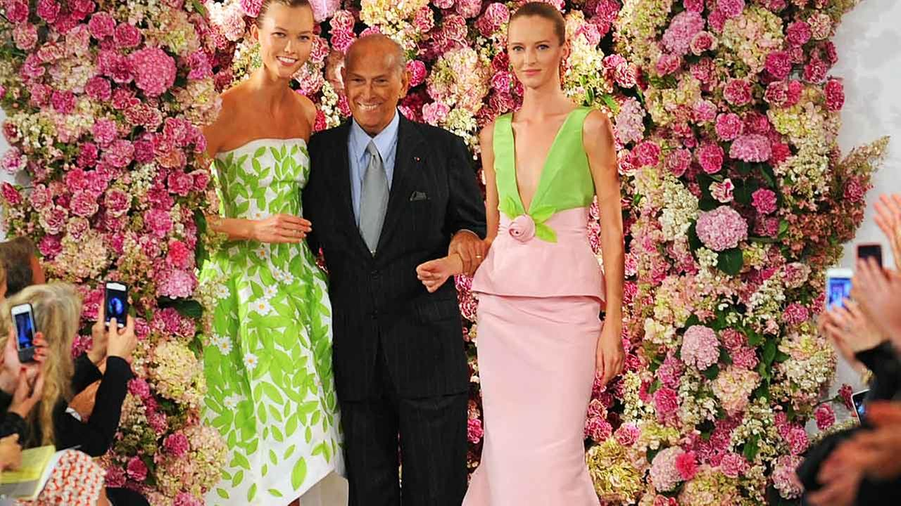 Designer Oscar de la Renta takes a bow with models Karlie Kloss, left, and Daria Strokous, right, after his Spring 2015 collection is modeled during Fashion Week in NY.