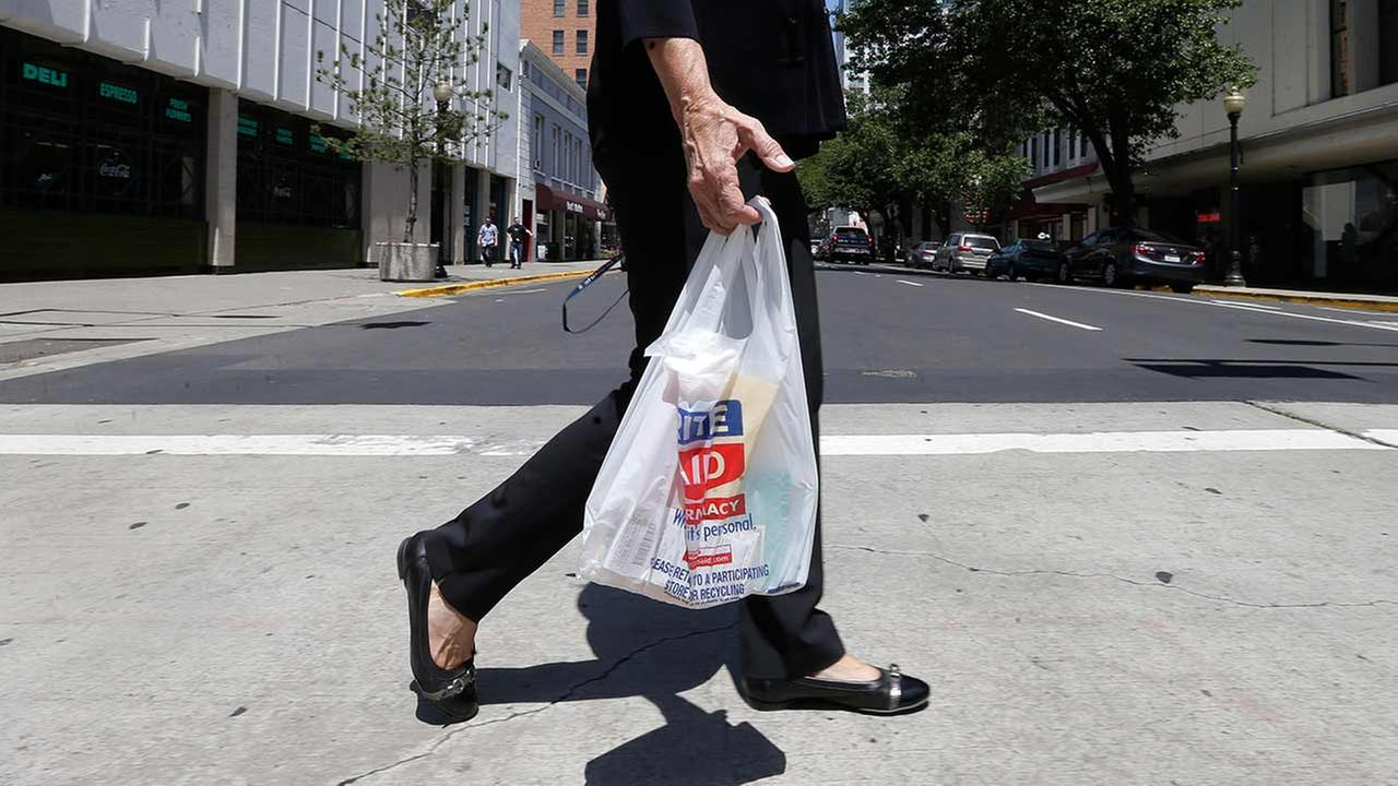 Plastic bag ban chicago - Supermarkets Will Give Away Free Reusable Bags Before Tax Takes Effect Business Leader Reacts To Changes In Chicago Plastic Bag Ban
