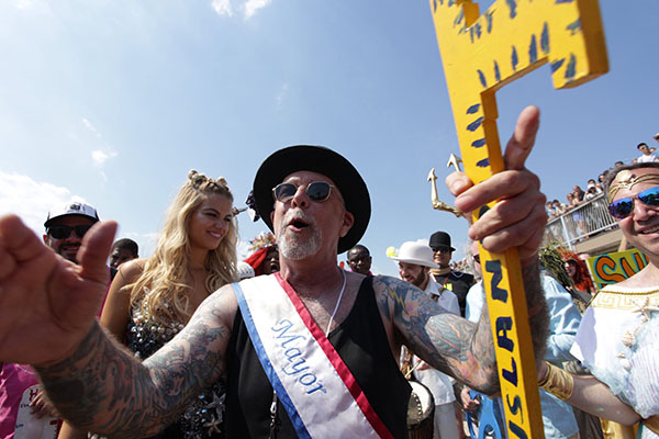 "<div class=""meta image-caption""><div class=""origin-logo origin-image ap""><span>AP</span></div><span class=""caption-text"">Mermaid Parade founder Dick Zigun and Sports Illustrated swimsuit cover model Hailey Clauson kick off the 34th Annual Mermaid Parade  (AP Photo/Ezra Kaplan) (AP)</span></div>"