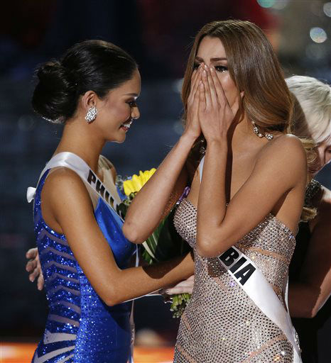 """<div class=""""meta image-caption""""><div class=""""origin-logo origin-image none""""><span>none</span></div><span class=""""caption-text"""">Miss Colombia Ariadna Gutierrez, right, reacts as the announcer incorrectly names her the new Miss Universe   (AP Photo/ John Locher)</span></div>"""