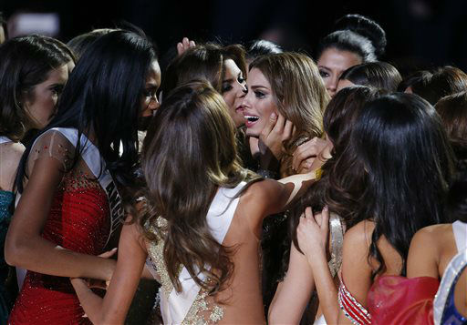 """<div class=""""meta image-caption""""><div class=""""origin-logo origin-image none""""><span>none</span></div><span class=""""caption-text"""">Other contestants comfort Miss Colombia Ariadna Gutierrez, center, after she was incorrectly crowned Miss Universe  (AP Photo/ John Locher)</span></div>"""