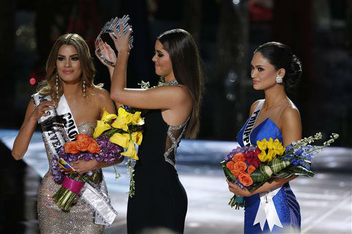 "<div class=""meta image-caption""><div class=""origin-logo origin-image none""><span>none</span></div><span class=""caption-text"">Former Miss Universe Paulina Vega, center, removes the crown from Miss Colombia Ariadna Gutierrez.  (AP Photo/ John Locher)</span></div>"