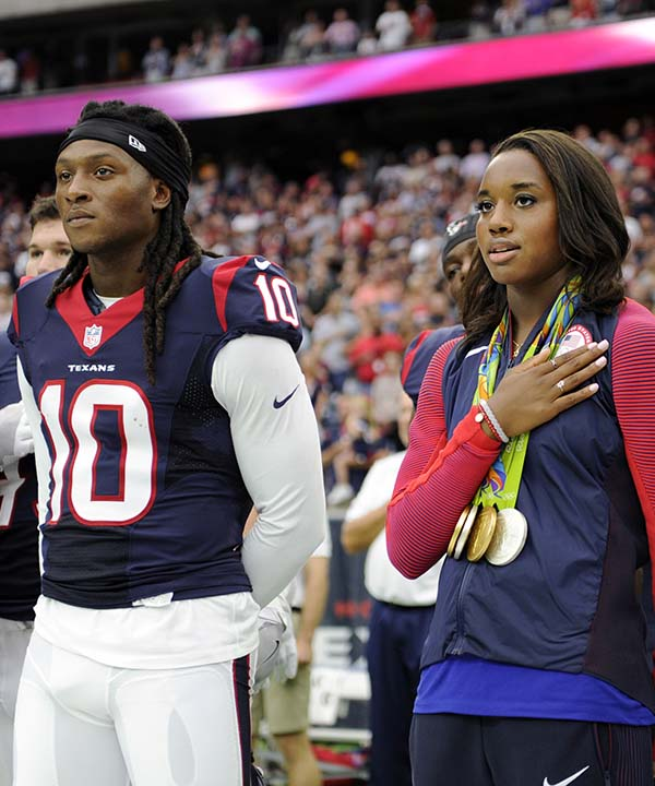 """<div class=""""meta image-caption""""><div class=""""origin-logo origin-image none""""><span>none</span></div><span class=""""caption-text"""">Olympic gold medalist Simone Manuel, center, stands with the Houston Texans for the national anthem prior to an NFL preseason football game (AP Photo/Jeff Roberson) (AP)</span></div>"""