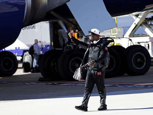 <div class='meta'><div class='origin-logo' data-origin='AP'></div><span class='caption-text' data-credit='AP'>Atlanta Falcons' Sean Weatherspoon takes a selfie as the team arrives at George Bush Intercontinental Airport for the NFL Super Bowl 51.  (AP Photo/David J. Phillip)</span></div>