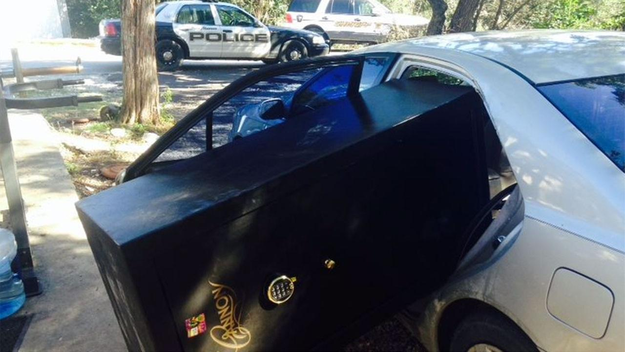 Caught red handed:  Texas burglary suspects caught shoving safe into car