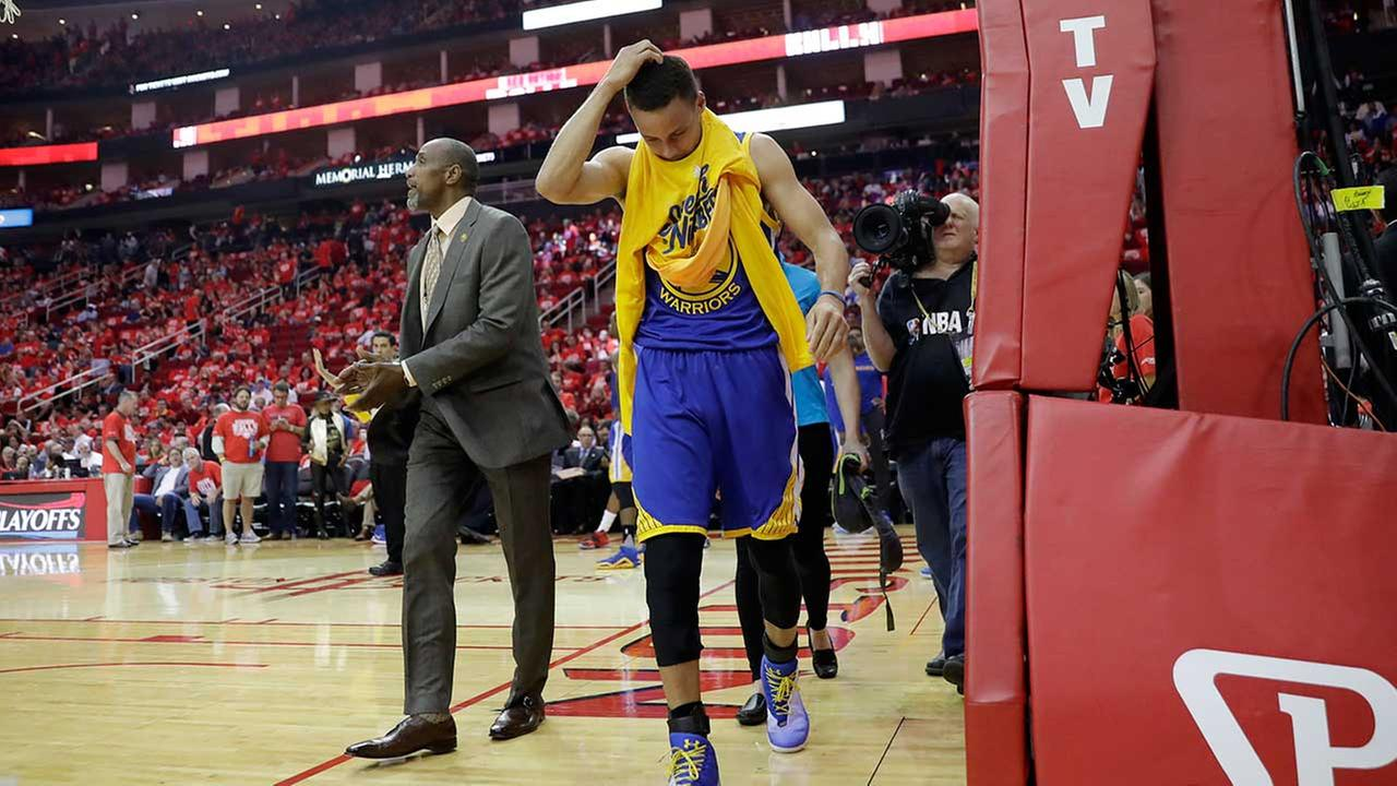 Stephen Curry walks off the court at the start of the third period in Sundays Warriors win over Houston.