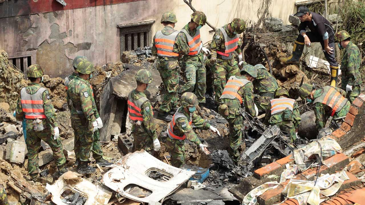 Soldiers remove debris from the TransAsia Airways flight GE222 crash site on the outlying Taiwanese island of Penghu, Friday, July 25, 2014.   (AP)