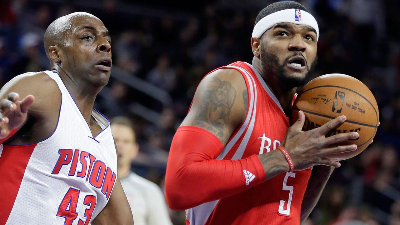 Houston Rockets Josh Smith (5) drives to the basket past Detroit Pistons Anthony Tolliver (43)