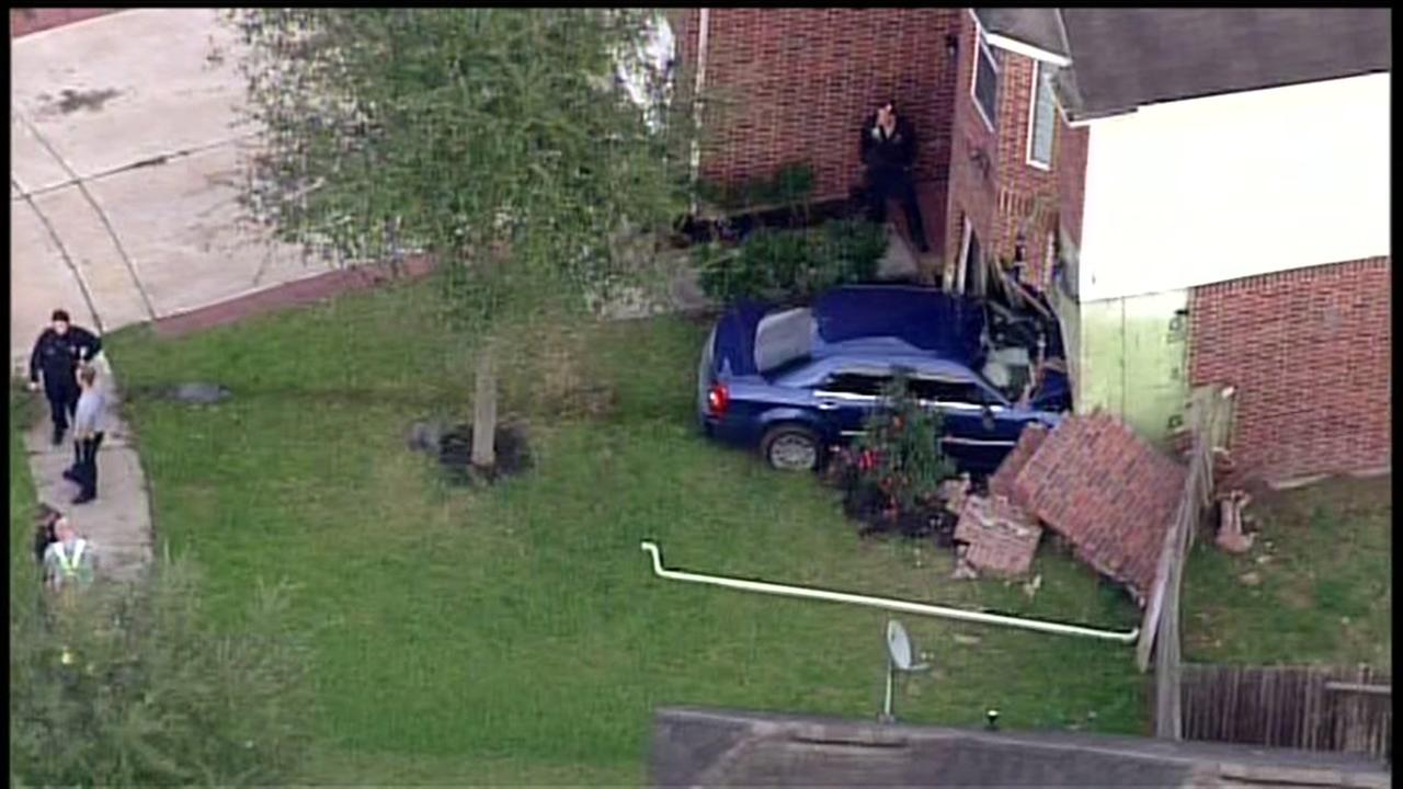 Car slams into Ft. Bend Co. home