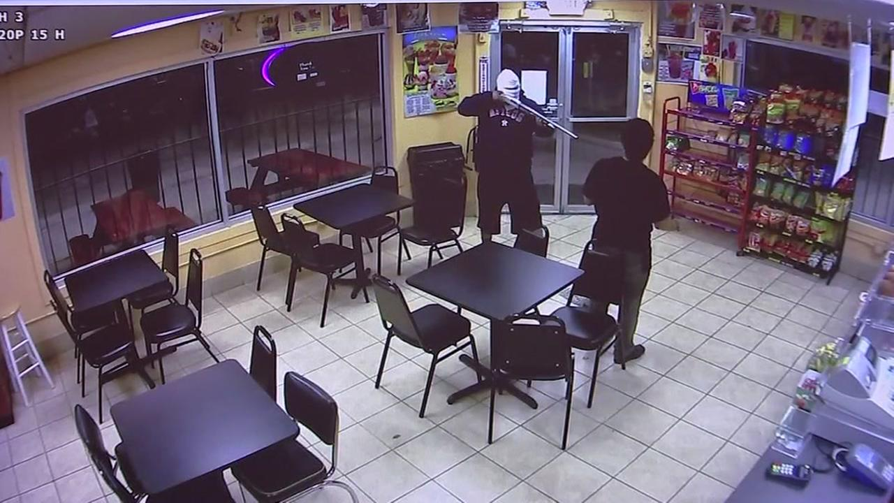 Video: Suspect robs ice cream store with shot gun