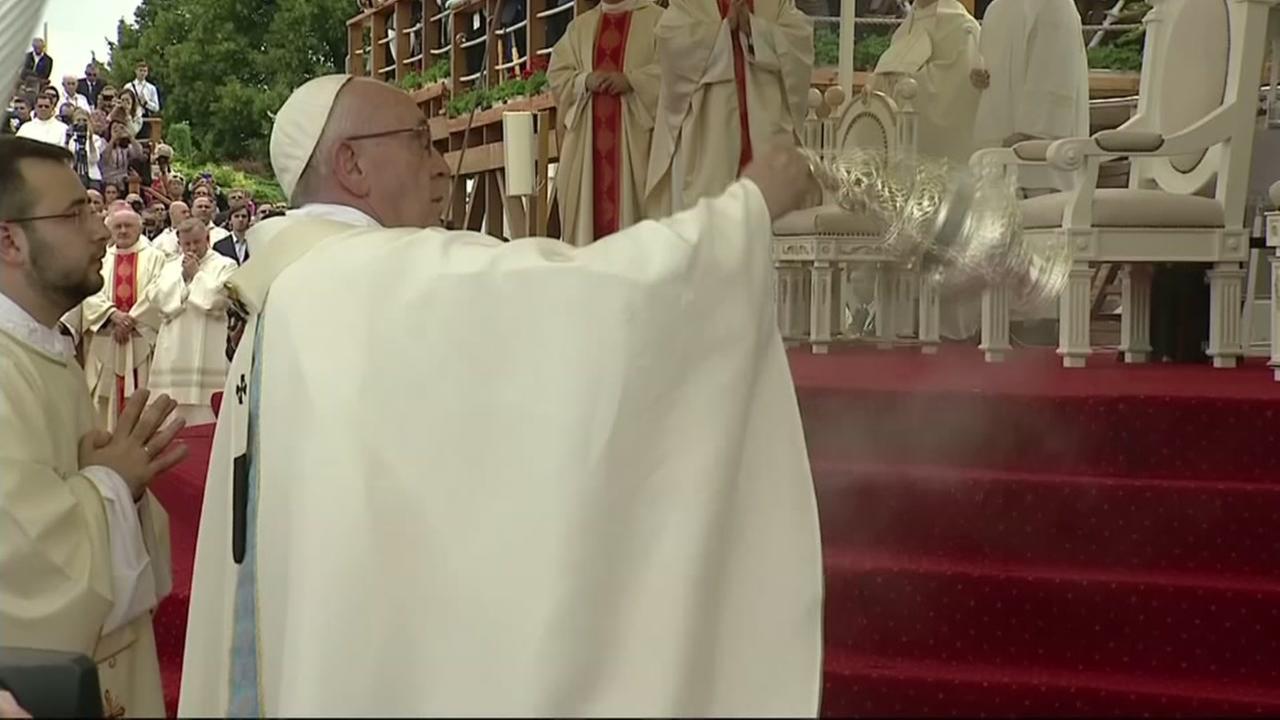 WATCH: Pope takes hard fall at mass