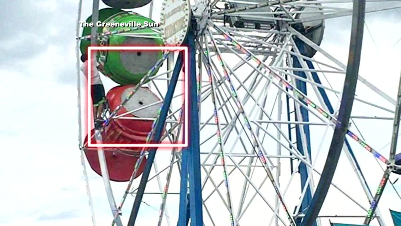 Three fall from Ferris wheel