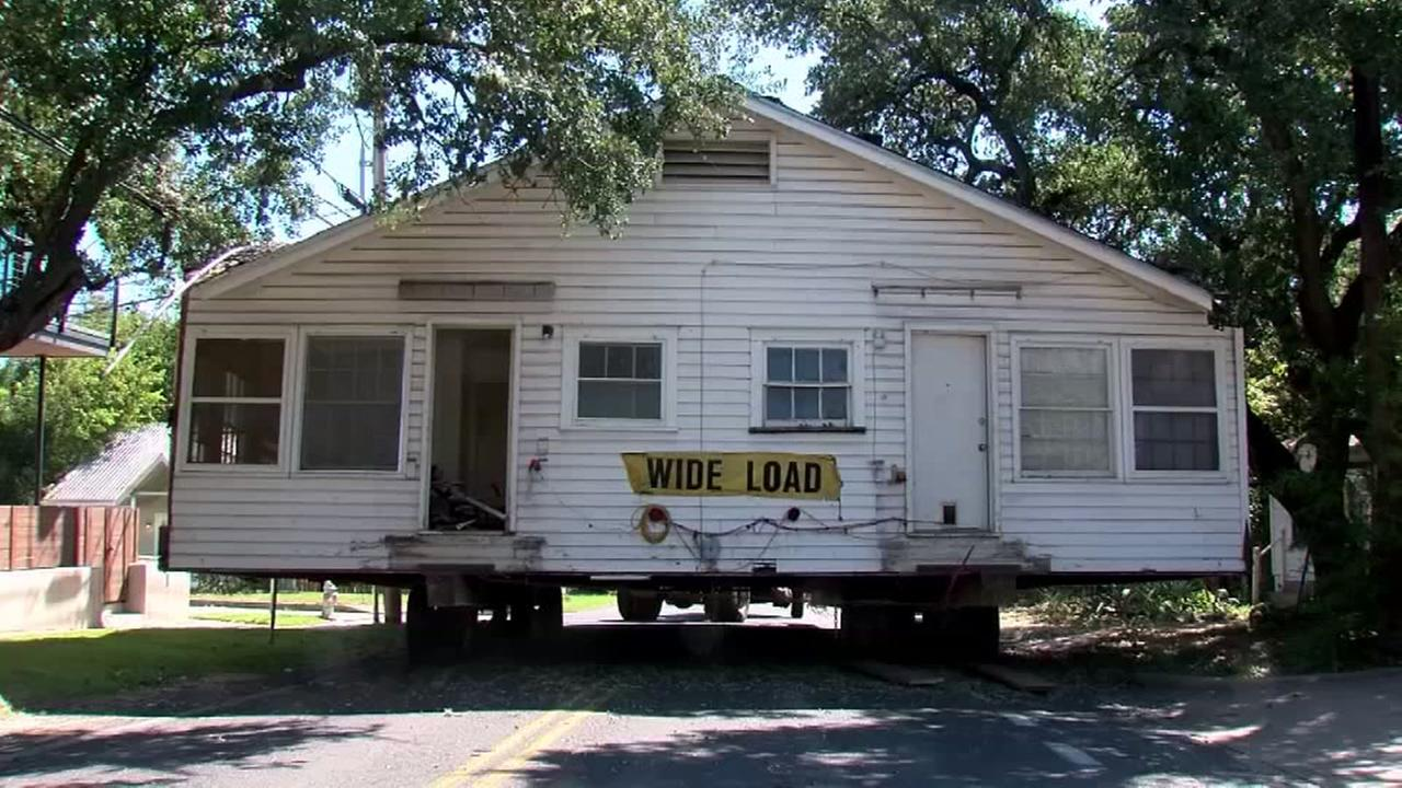Raw video: House stuck in the middle of an Austin street
