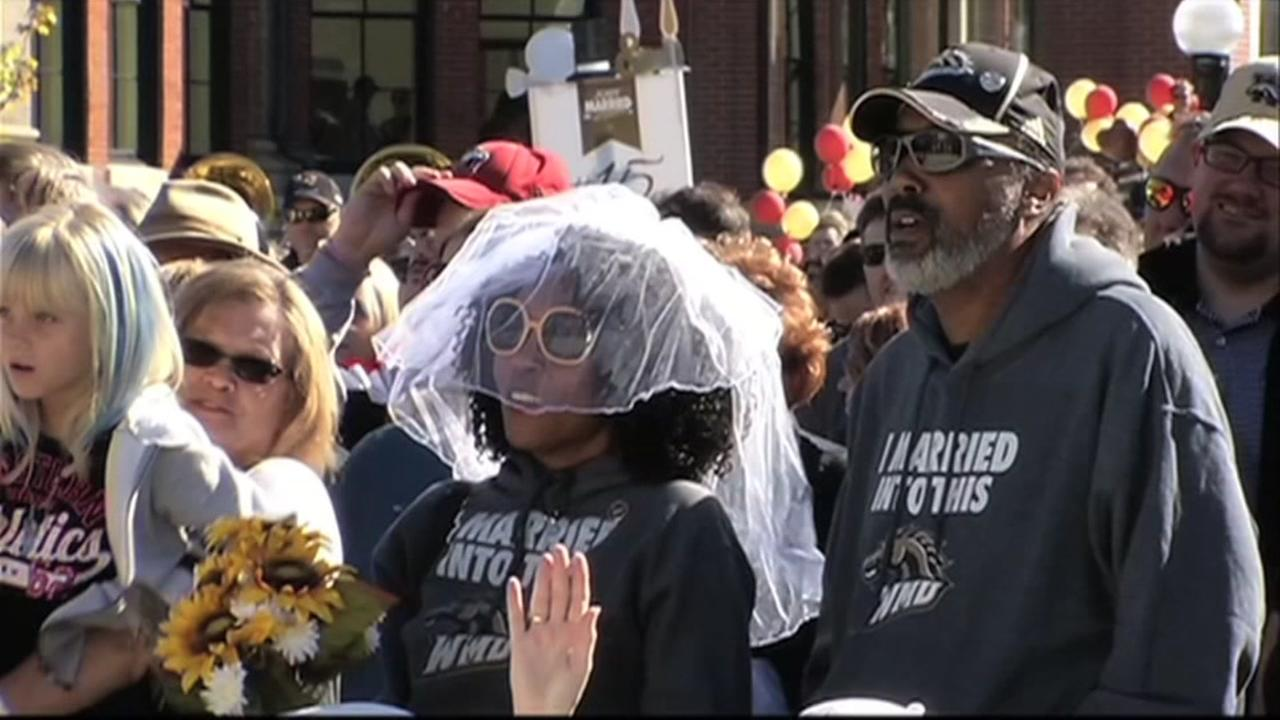 Couples break world record for wedding vows