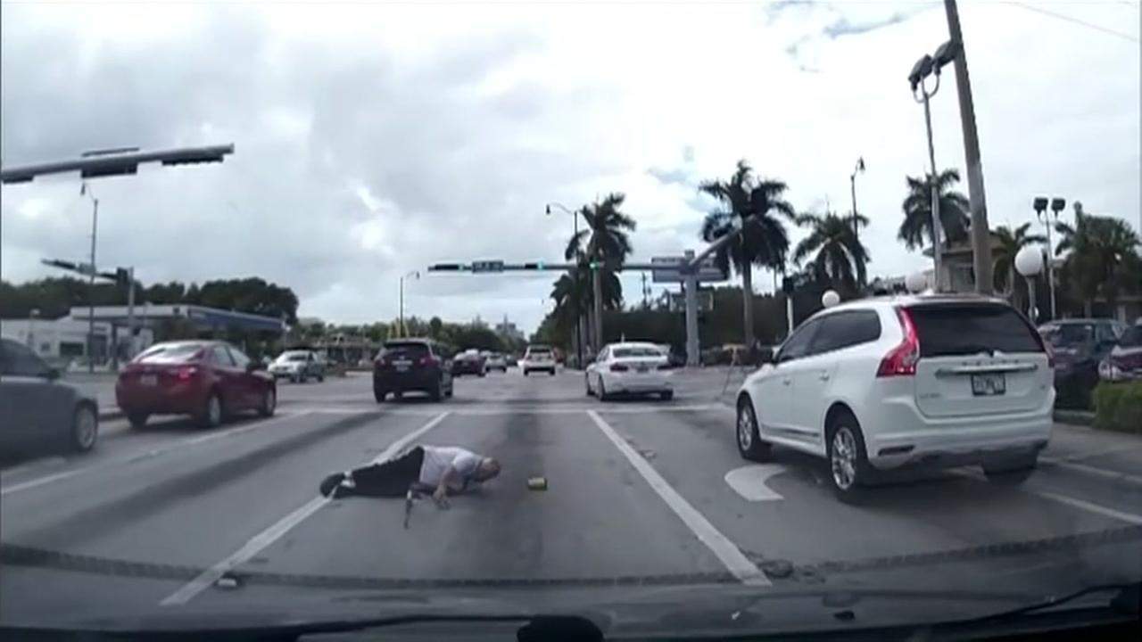 Good Samaritan helps elderly man fallen in road