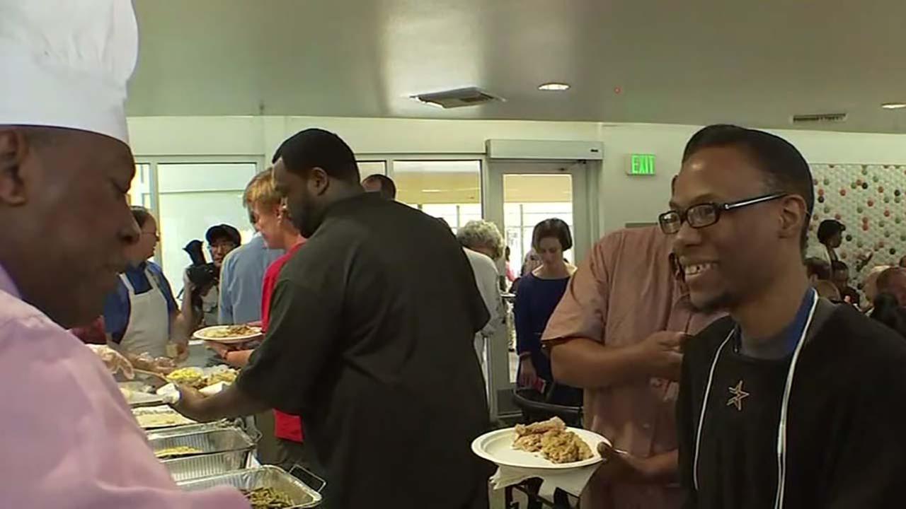 Mayor Turner serve Thaksgiving food