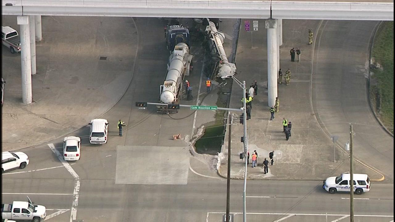 Big rig spills hydrochloric acid under Highway 225