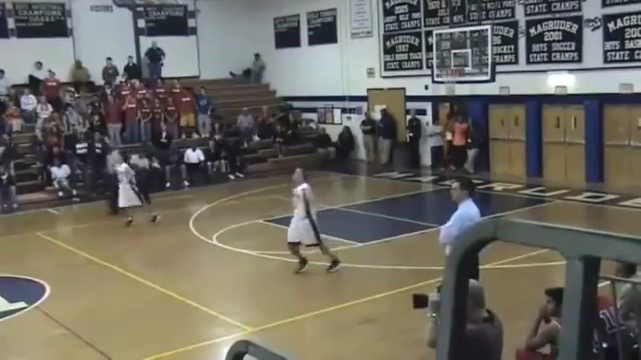 Twin brothers have identical reactions during game