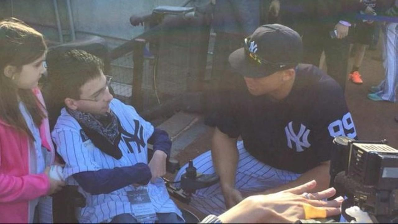 Teen with cerebral palsy meets Yankees thanks to classmates