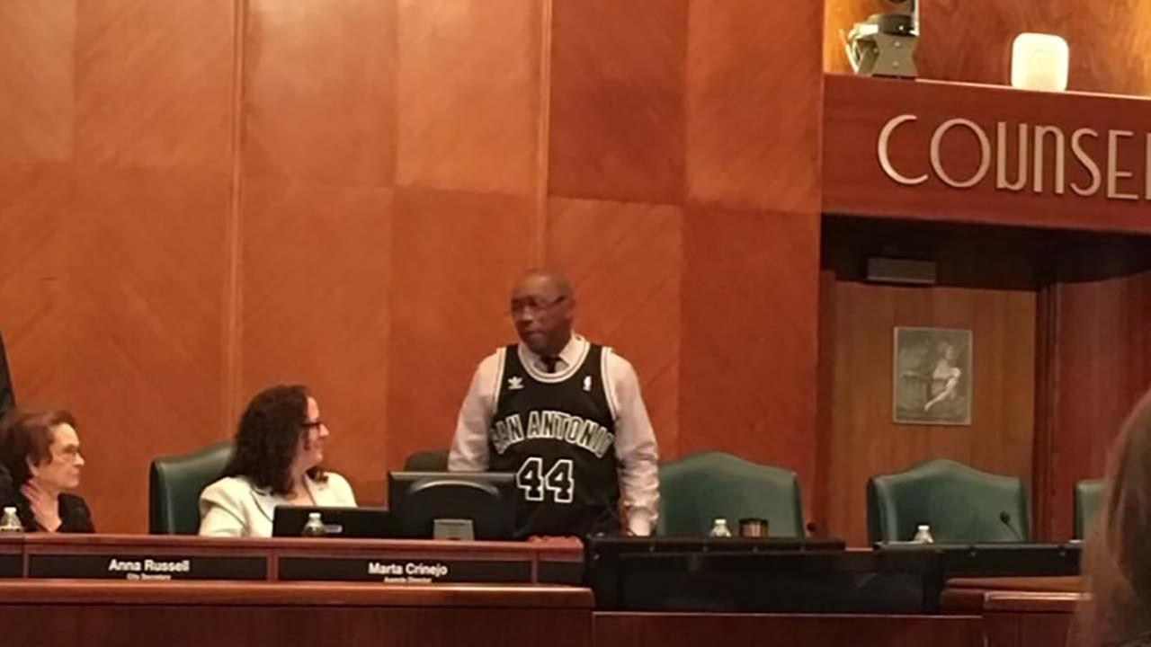 Mayor Sylvester Turner makes good on his Spurs-Rockets playoff bet