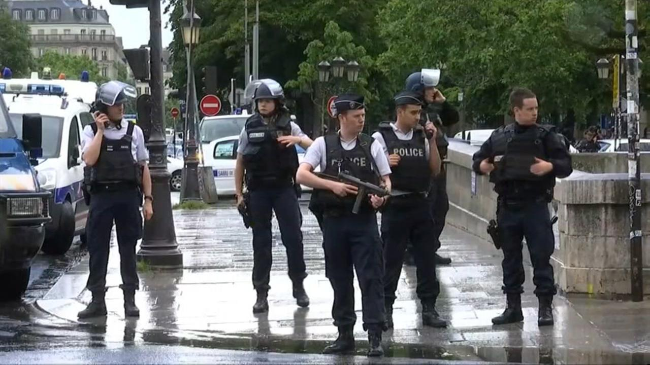 Paris police shoot man armed with hammer outside Notre Dame Cathedral