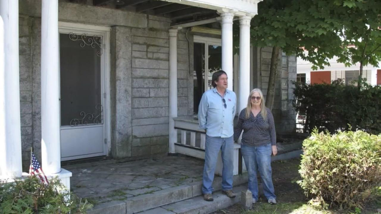 Couple hoping to sell home that straddles the U.S. and Canadian border
