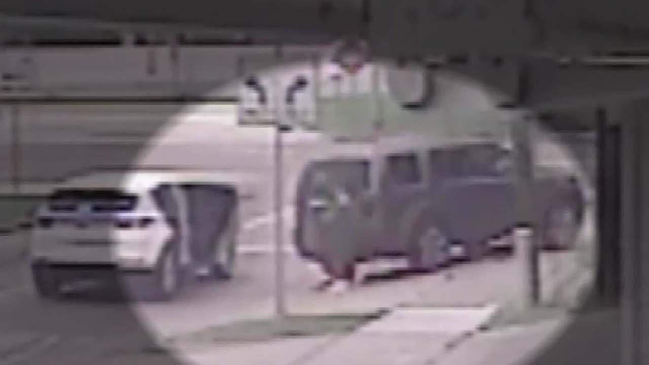 Thief breaks car window to steal purse in west Houston
