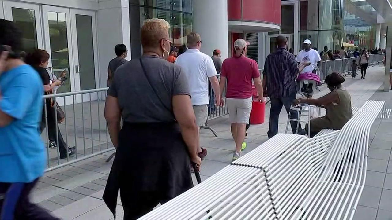Thousands wait outside GRB for benefits