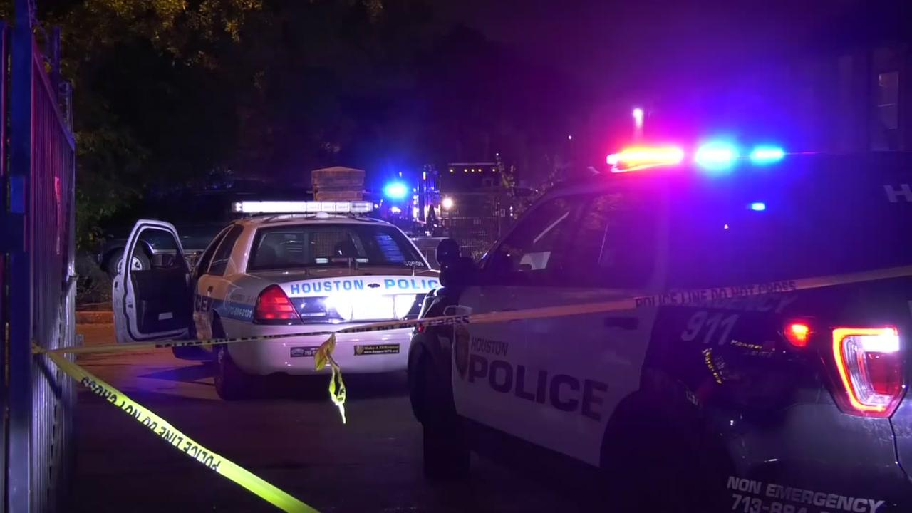 Officer shoots suspect after woman fatally stabbed in north Houston apartment