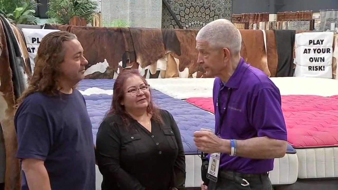 Mattress Mack helps Harvey family whos loved ones died in flood
