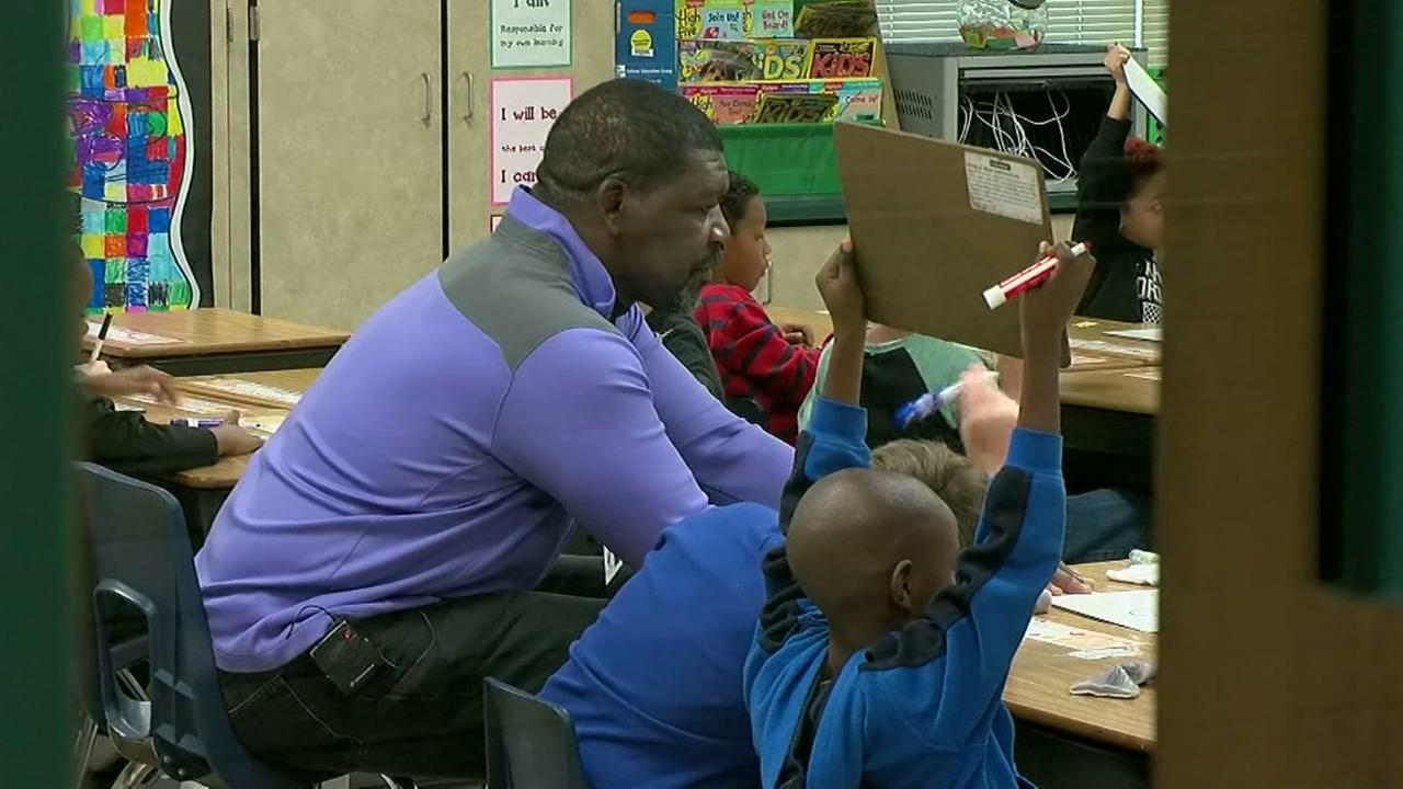 Former NFL player volunteer as youth mentor