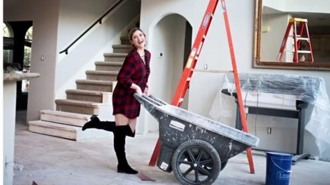 Senior takes graduation photos in home damaged by Harvey