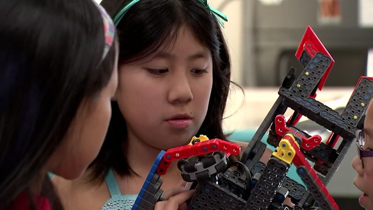Robot building competion helps kids learn
