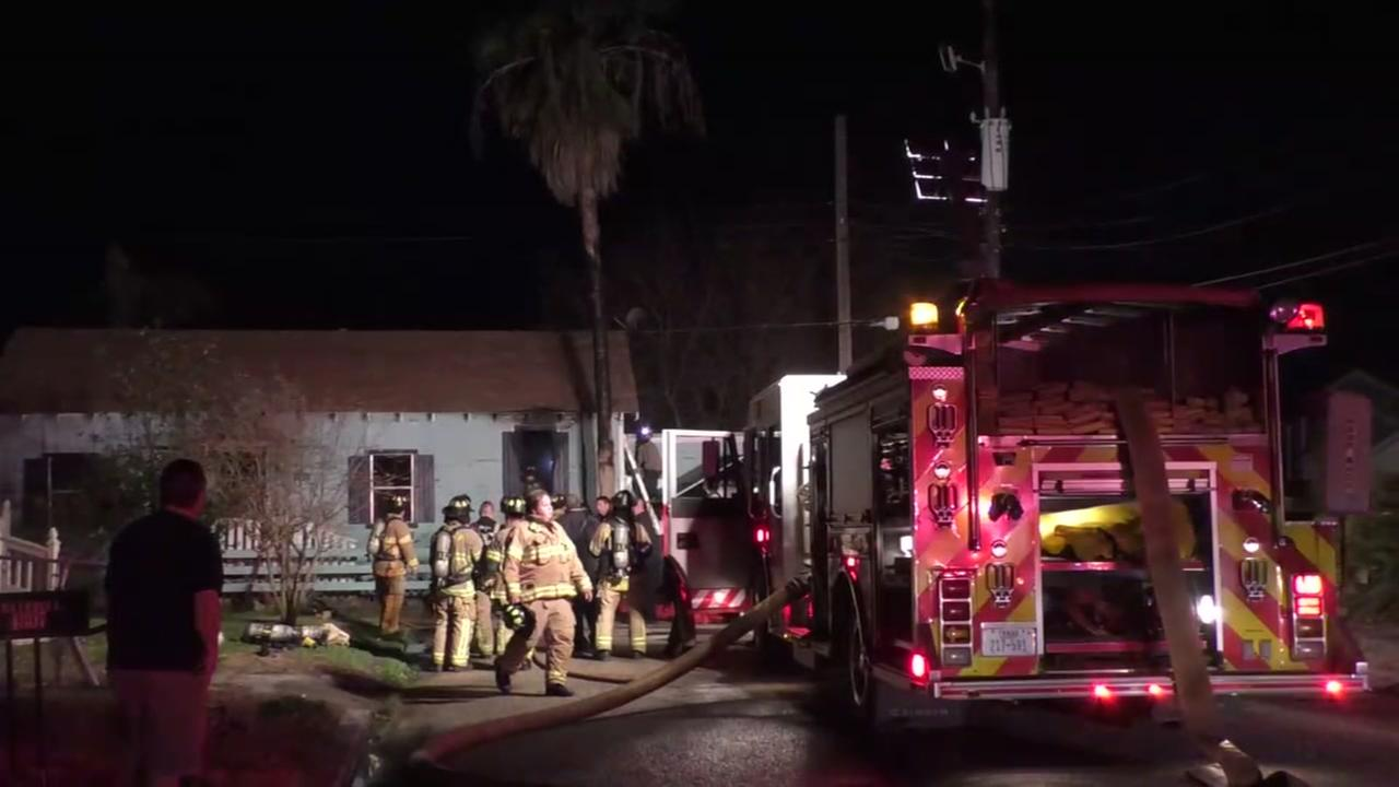Man dies, woman escapes burning home in Galveston